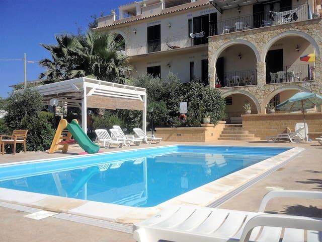 Arancio 1. Appartamento in villa con piscina