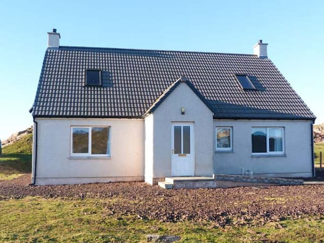 HILLTOP, family friendly, with open fire in Lochinver, Ref 929841