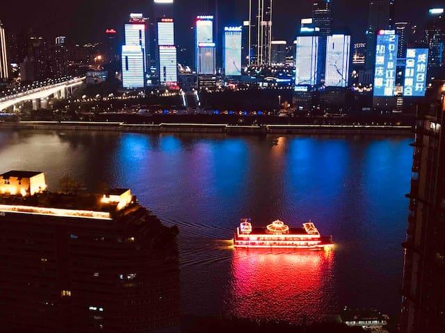 一线江景展示,这幅图正式坐在观景吧台靠窗夜色!