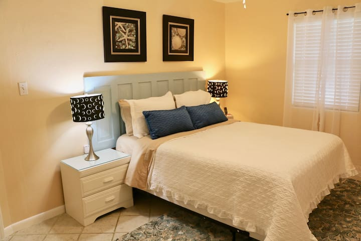 Luxurious Dakota room, in shared home, near Beach!