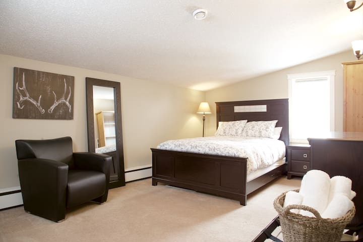 The Gold Standard w/ Queen Bed - Yellowknife - บ้าน