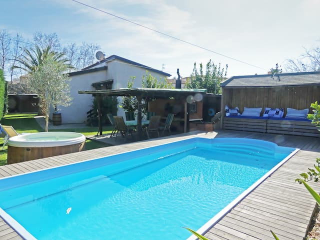 NEW! A garden of privacy 10 minutes to the beach