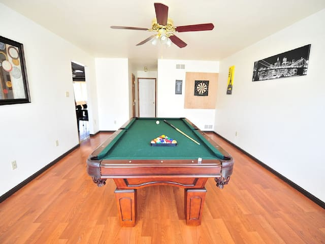 Game of Homes in POCONOS w HOT TUB! - East Stroudsburg - บ้าน