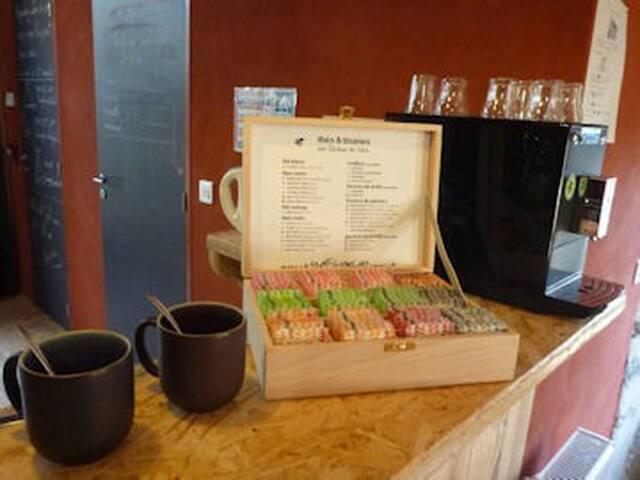 Bar à thé, tisanes et café bio en libre service et participation libre...