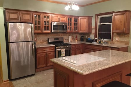 Room type: Entire home/apt Property type: House Accommodates: 6 Bedrooms: 3 Bathrooms: 1