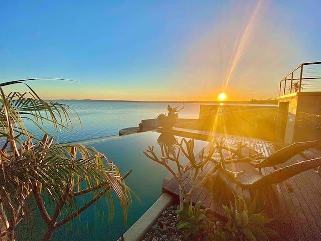 Luxury Coastal Hideaway: Waterfront+Infinity Pool