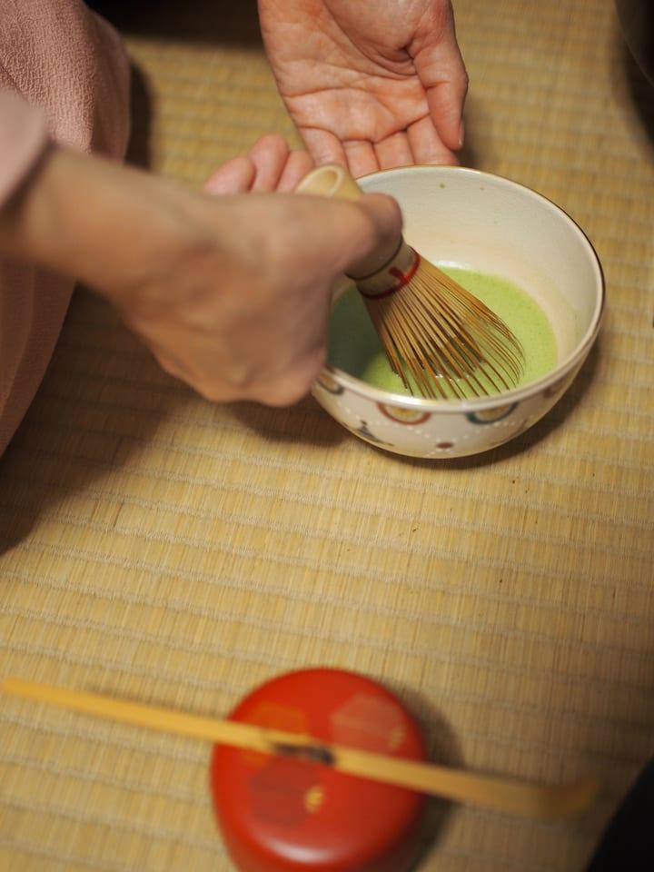 4.Beautiful tea whisk action