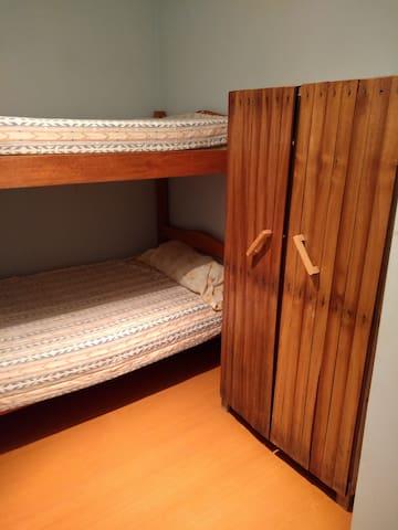 Habitación en casa con grato ambiente familiar