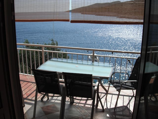 Apartment by the sea, beach below the house - Korčula - Apartmen