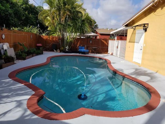 Pool, private entrance studio friendly vacation FL
