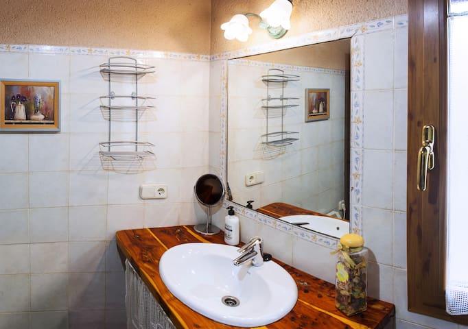 Baño plato de ducha planta inferior