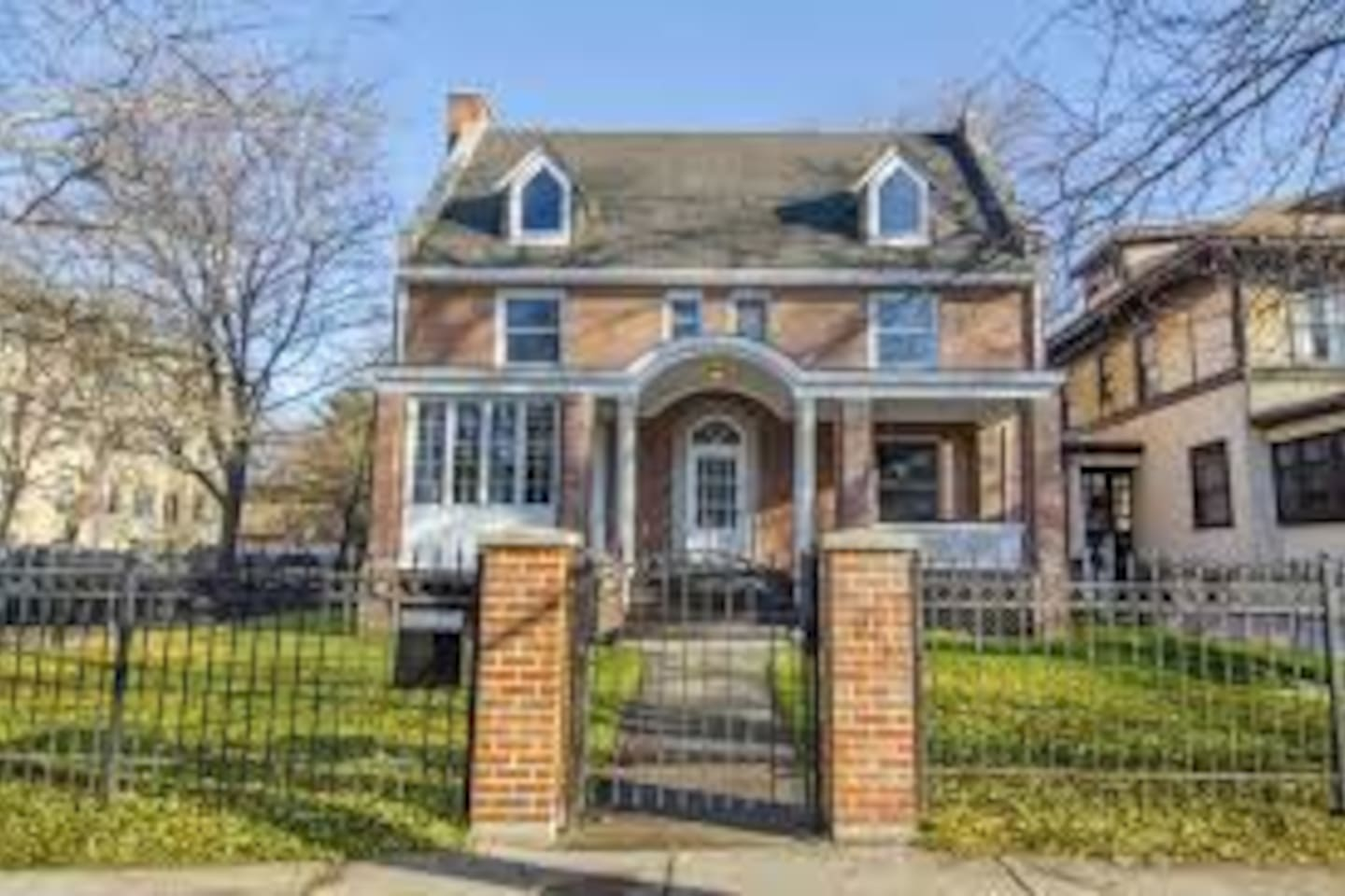 Spacious 3rd floor private suite in beautiful historic red brick situated in leafy Rogers Park a short walk from the lake and close to many public transport options to downrown (Metra, Red Line L and bus routes).  Close to Loyola and North Shore.