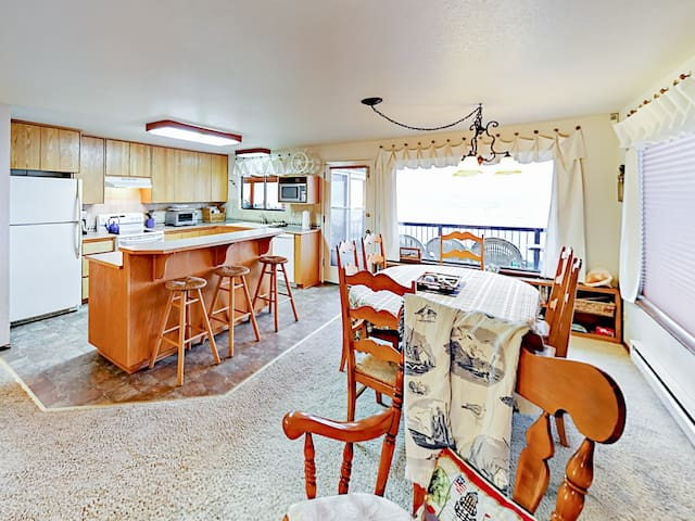 Open-concept living area with a dining table for 6 and breakfast bar for 3.