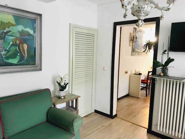Soggiorno con divano letto singolo, tavola di pranzo, cucina completa , tv ,riscaldamento autonomo ,Wi-Fi gratuito.