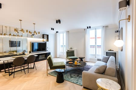 A Luxury 2BR with Services in rue de Rivoli