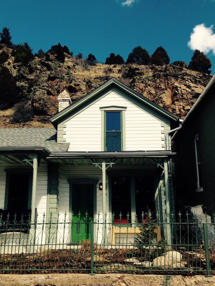 1896 Victorian Cottage with Mountain Views