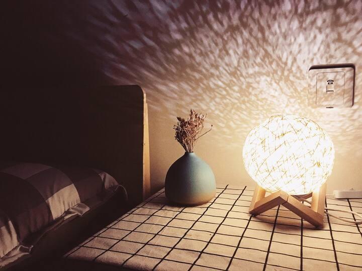 LOFT房间 +定期消毒 放心入住+撸猫撸狗+高清投影仪 近迪士尼