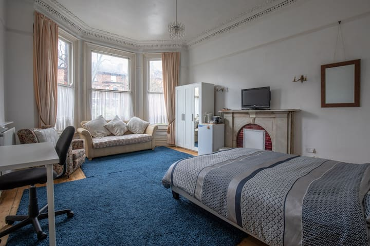 King bed • Quiet Victorian house by Sefton Park