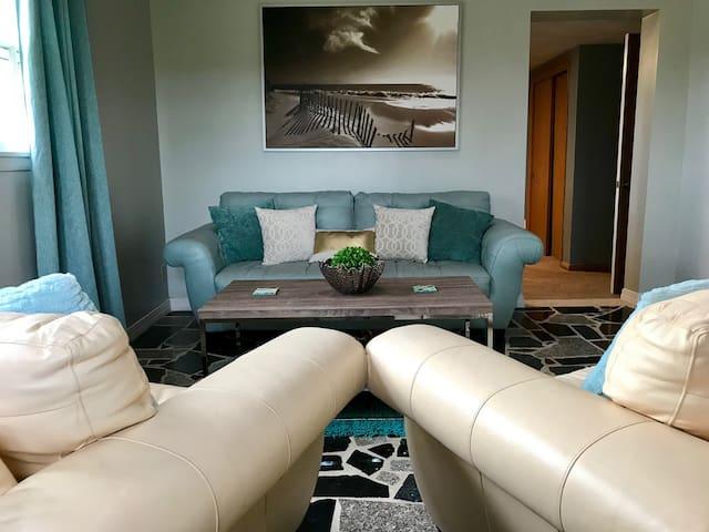 Cozy 2 bed 1 bath estate home in prime location