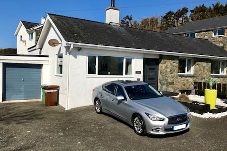 Pwllheli - Cottage with Country feel & sea views.