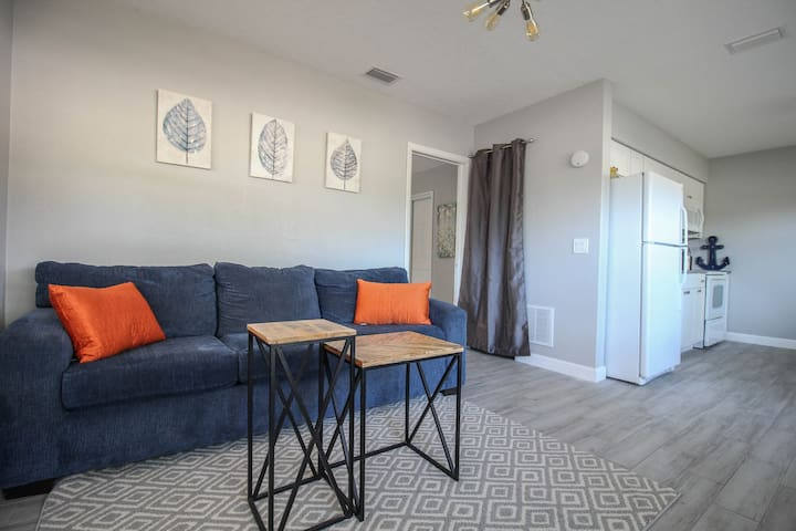 Remodeled, modern 1B/1B in Downtown.Close to beach