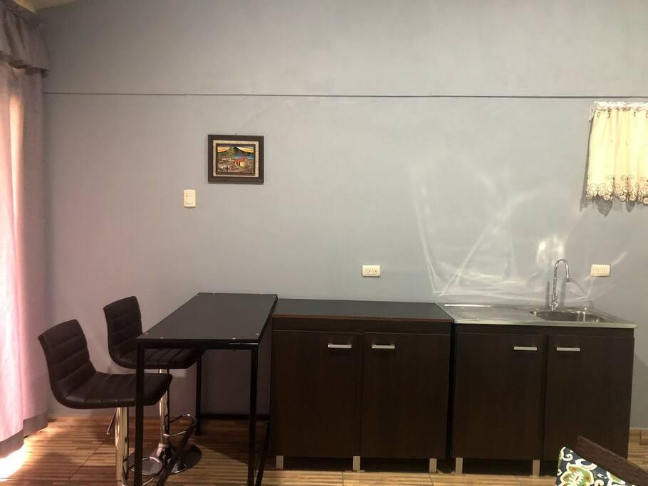 Área de cocina (Refrigeradora, tostador de pan, olla arrocera, coffee maker, sartén eléctrico)
