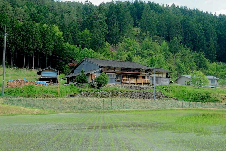 ソラノイエは、農村集落にある古民家を改修した宿泊施設です。
