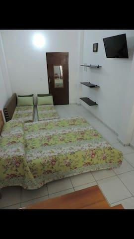 A cama de casal e os travesseiros são novos e tem capa protetora.