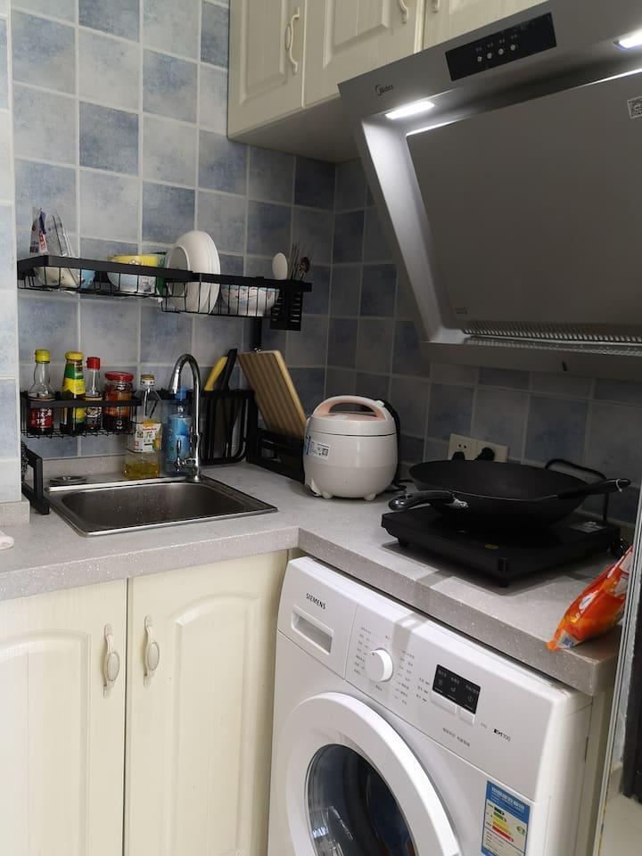 厨房电饭煲,锅,抽烟机,调料应有尽有