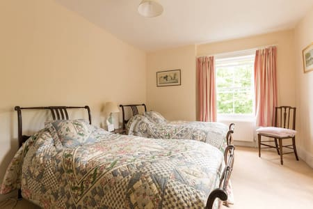 Twin Bedroom B&B In The Cotswold Countryside - Wotton-under-Edge