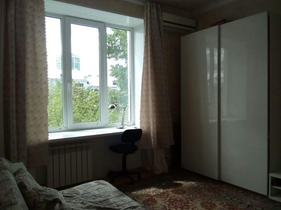 спальня: со шкафом, матрас из натурального латекса, подоконник в виде письменного стола.