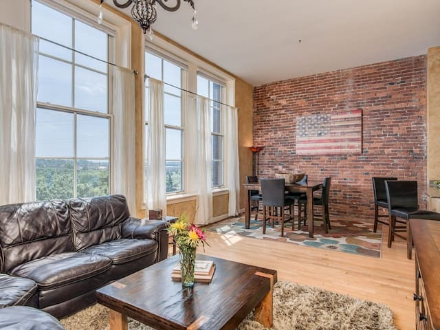 Beautiful Downtown Condo Overlooking River!
