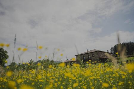 Casa rural en entorno natural cerca de ciudades.