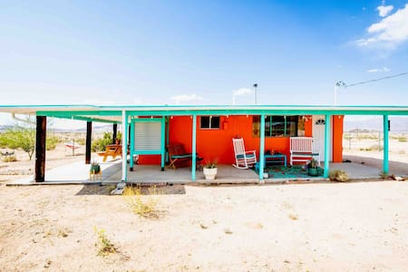 Desert Space, Stars, Sun & Hot Tub! Dogs with fee.