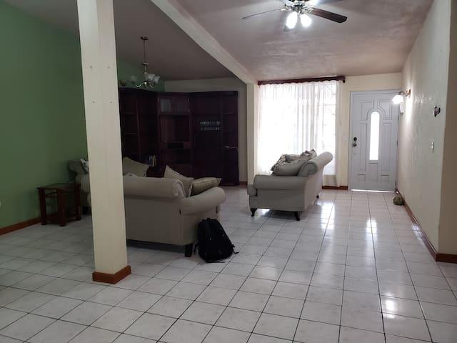 Casa equipada y cómoda, para vacacionar o negocios
