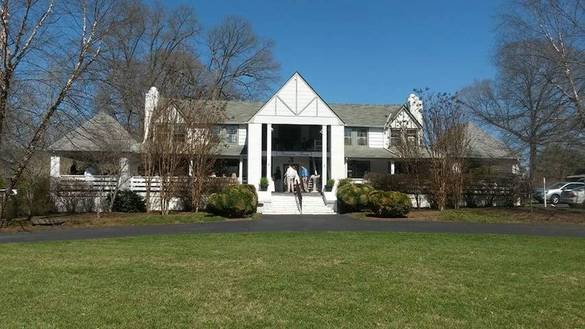 Timberlake Tavern, A Lakeview Lodge one bedroom fully furnished apartment - Lynchburg