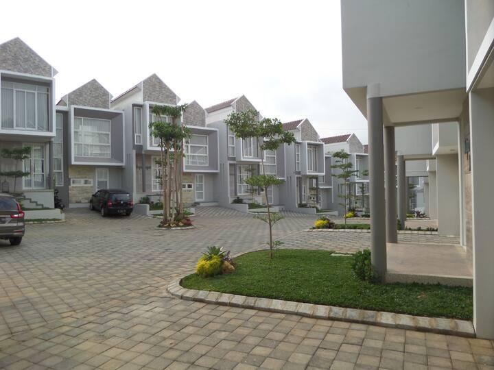 Villa 3bedrooms sharing pool near Jatim Park 3