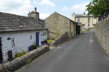 Cosy Three Peaks Dales Cottage with Wi-Fi - House