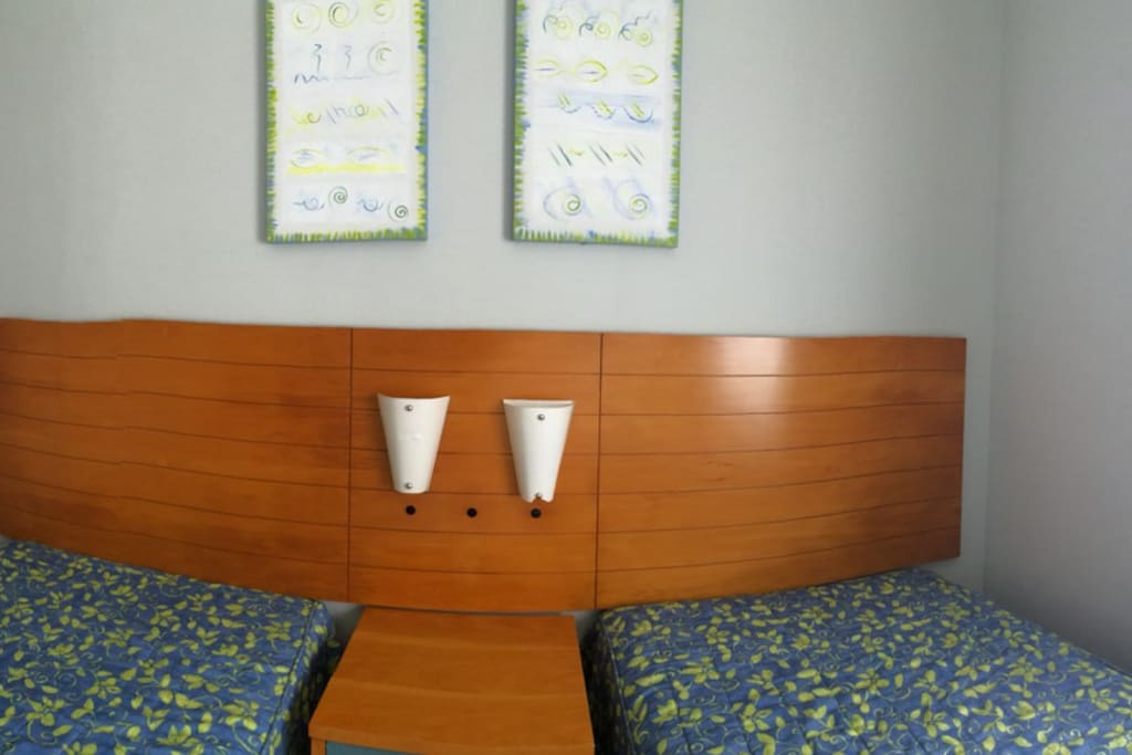 Quarto, com duas camas de solteiro que podem ser juntadas, TV a cabo, DVD, ar condicionado.