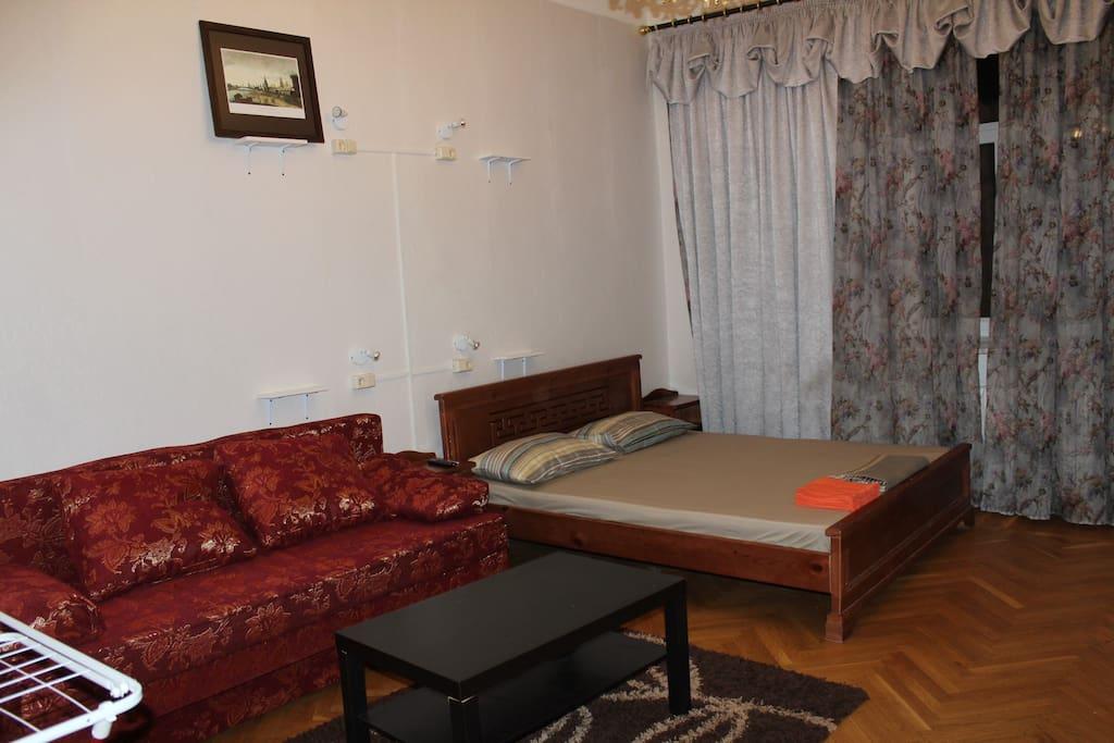 Есть шкаф, гладилка, сушилка, ТВ, вентилятор с пультом.