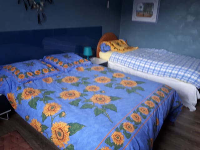 Une seule chambre avec un lit double; un lit simple, un lit enfant