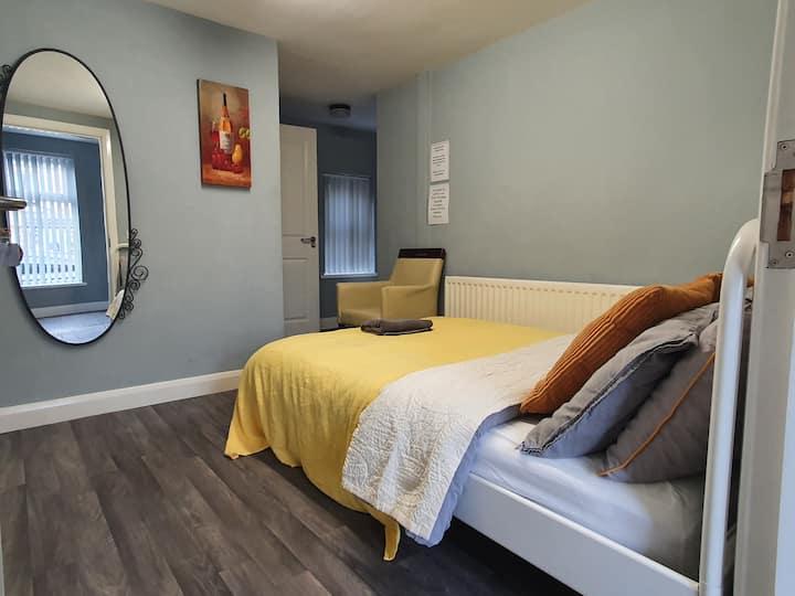 Room 1 - Double Bedroom w/En Suite in City Centre!
