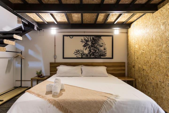 Tu habitación principal con cama King (2 metros de ancho) // Your main bedroom with king bed (2 meters wide)
