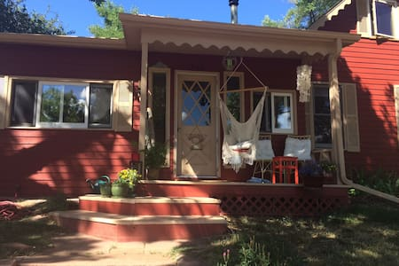 Quiet home on Old Main Street in Lyons - ลีออนส์