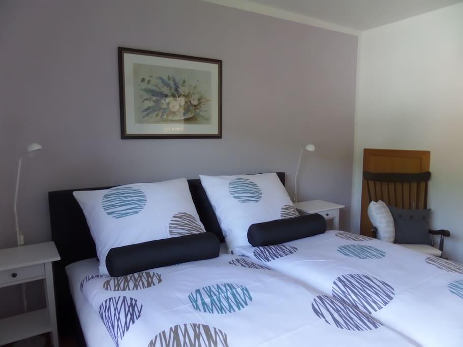 Das Schlafzimmer mit Doppelbett und geräumigem Kleiderschrank