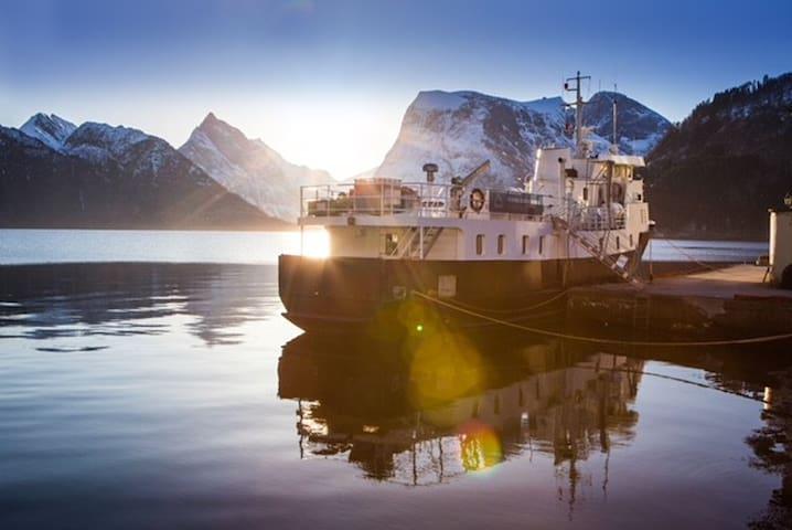 MS Slogen. 17-sengers båt, Sæbø i Hjørundfjorden