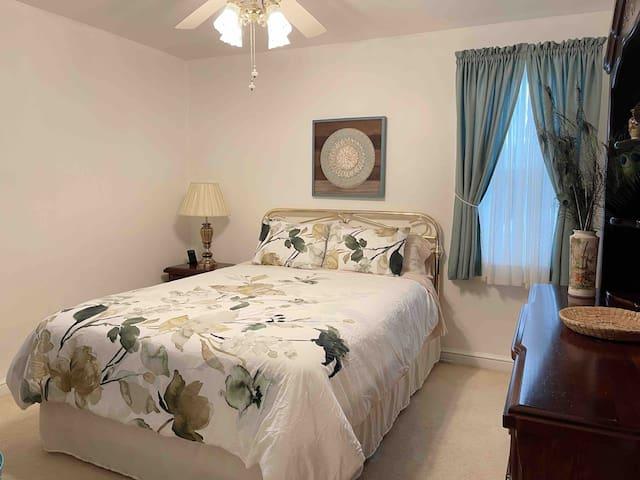 Main room 1 (Queen size bed)