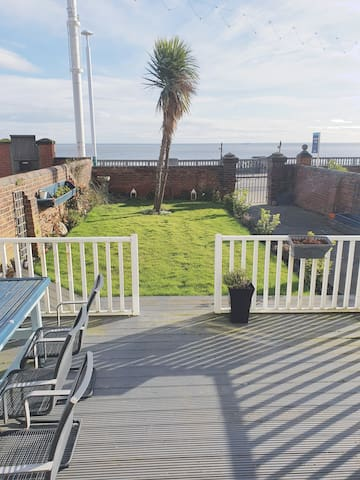 Cosy Ground Floor Sea View Apartment with Patio.