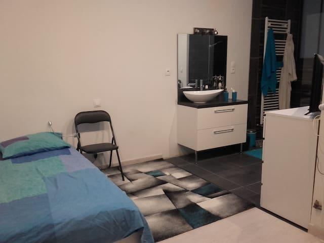 Chambre indépendante B,  salle d'eau et cuisine