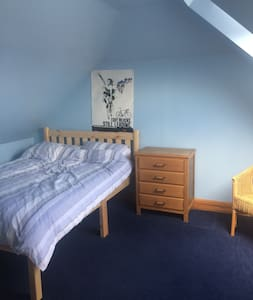 Family home in Horsham, 1 double & 1 single room - Horsham - Dom